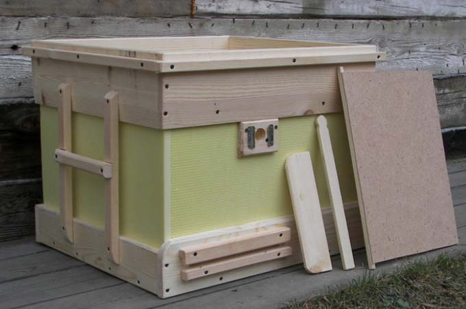 лежак с деревянными вставками