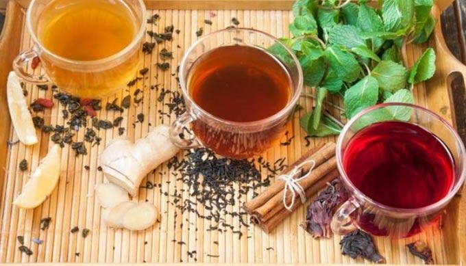 Добавление меда в горячий чай или кипяток